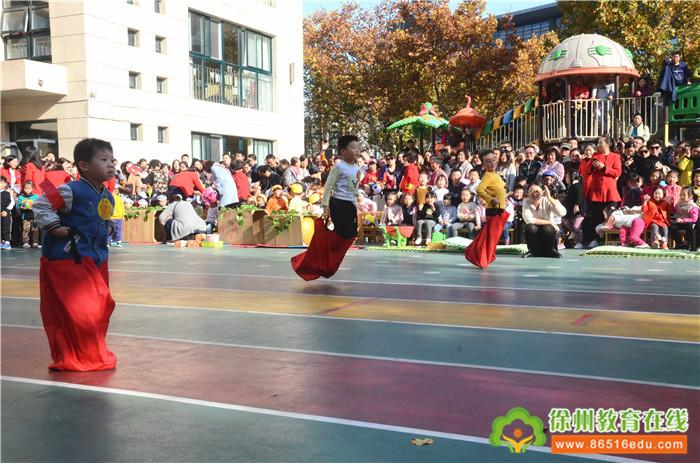 9日下午,鼓楼区实验幼儿园一年一度的幼儿游戏运动会如期召开,这是幼儿锻炼身体,磨炼意志的好机会,也是培养合作能力,提高竞争意识的有效手段。   运动会以人人参与为原则,让每个孩子都能够在赛场上一展风采。小班的小老鼠运粮食生动有趣,孩子通过扮演角色,在游戏情境中得到锻炼;中班的比赛项目毛毛虫妙趣横生,小朋友们手脚相连进行爬行,既比速度又考验合作;大班的项目精彩纷呈,钻爬走跑跳投样样在行。最后,一场激烈的拔河比赛,把运动会推向高潮,加油声、呐喊声、欢笑声一片,幼儿园瞬间变成了欢乐的海洋。