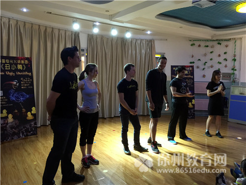 徐州空军蓝天幼儿园幼儿观看美国电光火线剧团表演